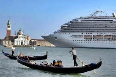 nave_da_crociera_e_gondole_veneziane_2.jpg